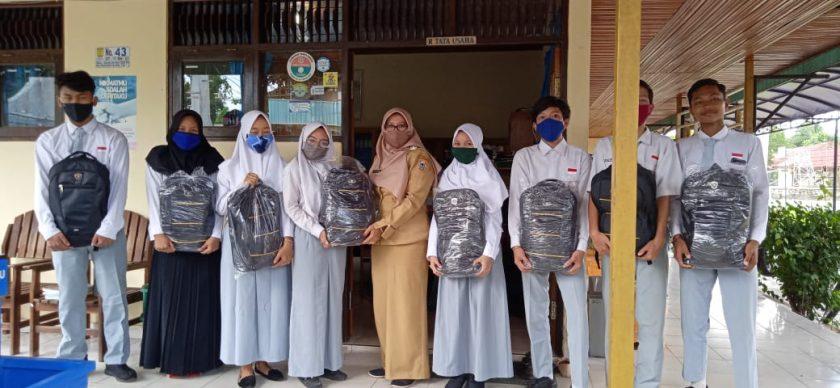 Kepala Sekolah Serahkan BSKM  dari Disdik Prov Kalsel